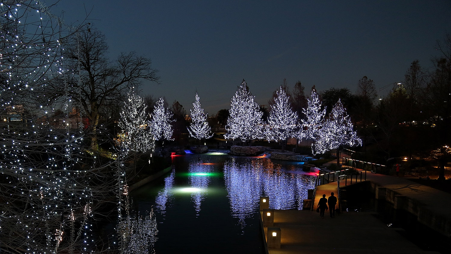 The Pearl knows how to do a property Christmas lights display. <em><b>Photo by Ben Olivo | Heron</b></em>