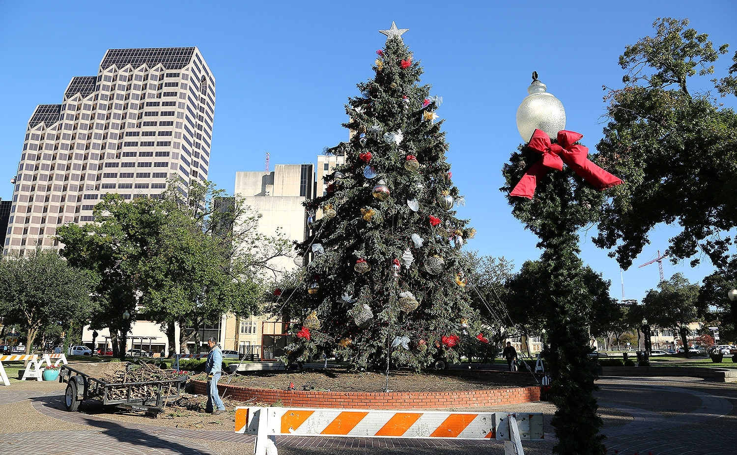 Heb Hours Christmas Eve.H E B Christmas Tree S Home Is Travis Park For Now San