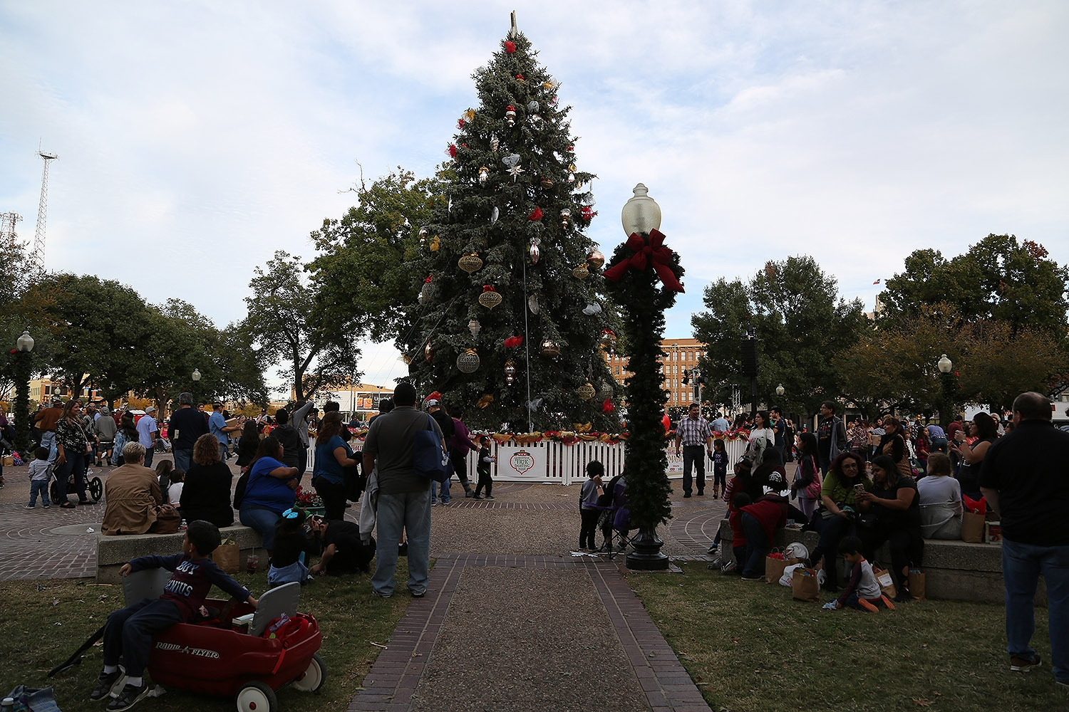 The H-E-B Christmas tree is lit on Friday at Travis Park. <em><b>Photo by Ben Olivo | Heron</b></em>