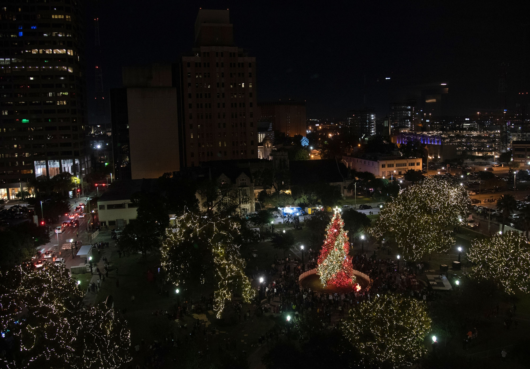 The H-E-B Christmas tree is lit on Friday at Travis Park. <em><b>Photo by V. Finster | Heron</b></em>