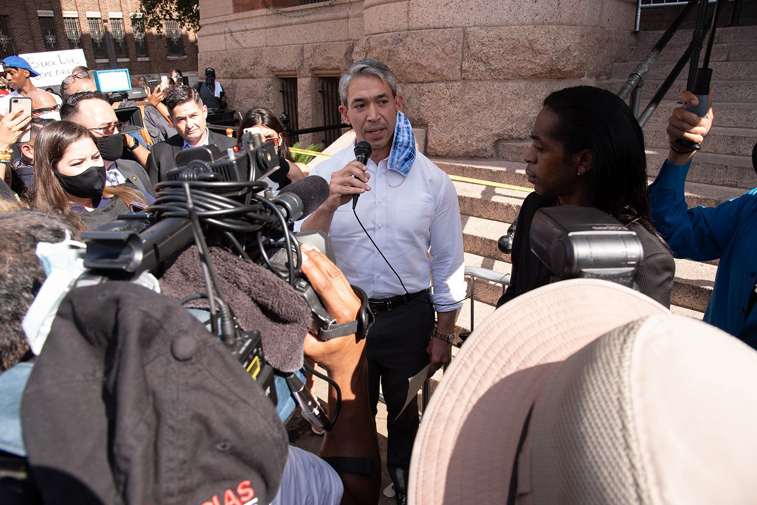 Mayor Ron Nirenberg speaks with protestors, Thursday, June 4 at the Bexar County Courthouse.Photo by V. Finster | Heron Contributor
