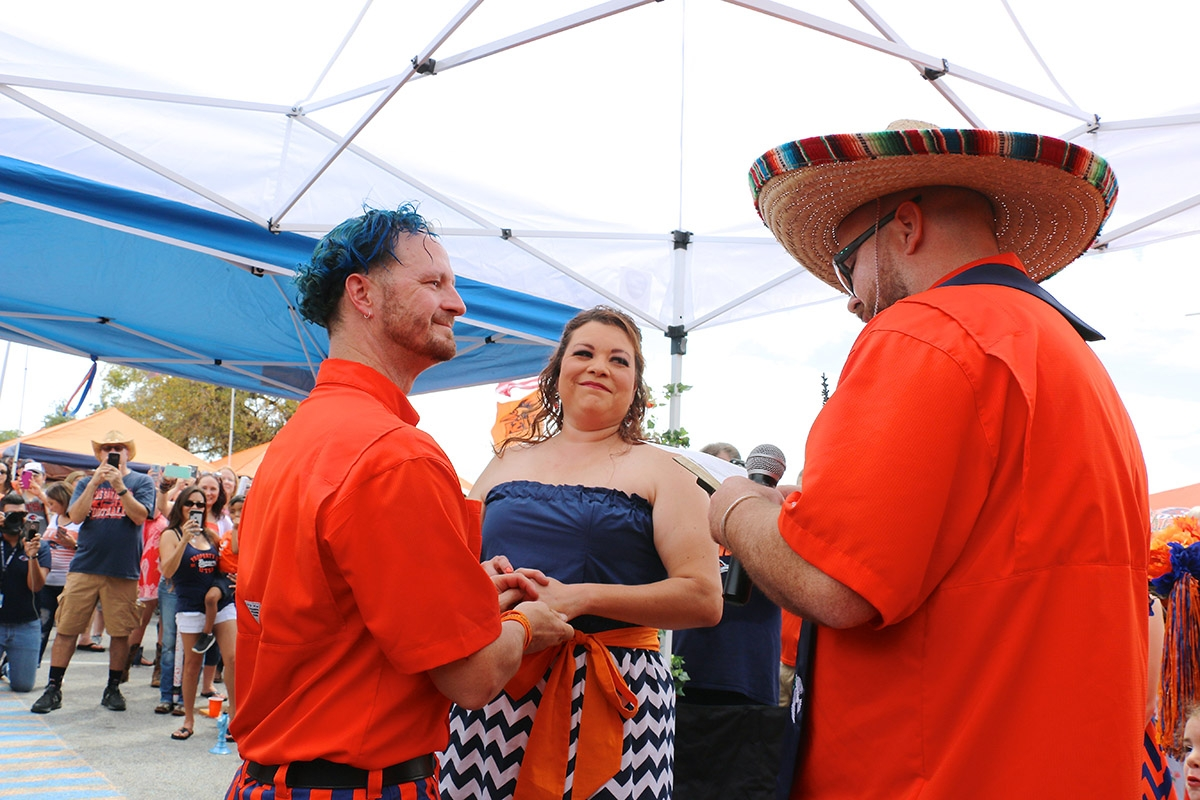 Gary  Alexander  and  Laura  Chavez  exchanged  wedding  vows  in  lot  C  of  the  Alamodome  parking  lot.  The  couple  who  wed  in  a  noon-ceremony  have  been  longtime  UTSA  fans. <em><b>Yvonne Zamora | Heron contributor</b></em>