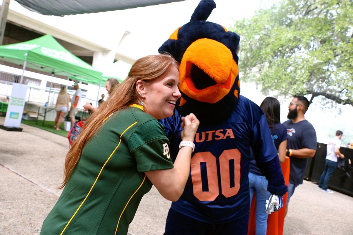 Leanne  Dodson,  a  Baylor  fan,  poses  with  UTSA  mascot  Rowdy  before  the  UTSA  vs.  Baylor  game  on  September  8,  2018. <em><b>Yvonne Zamora | Heron contributor</b></em>