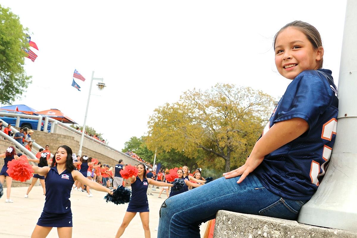 Sapphire  Sanchez,  a  UTSA  fan,  waits  for  the  UTSA  Spirit  Walk  to  begin.  The  walk  is  a  UTSA  tradition  that  takes  place  at  every  home  tailgate. <em><b>Yvonne Zamora | Heron contributor</b></em>