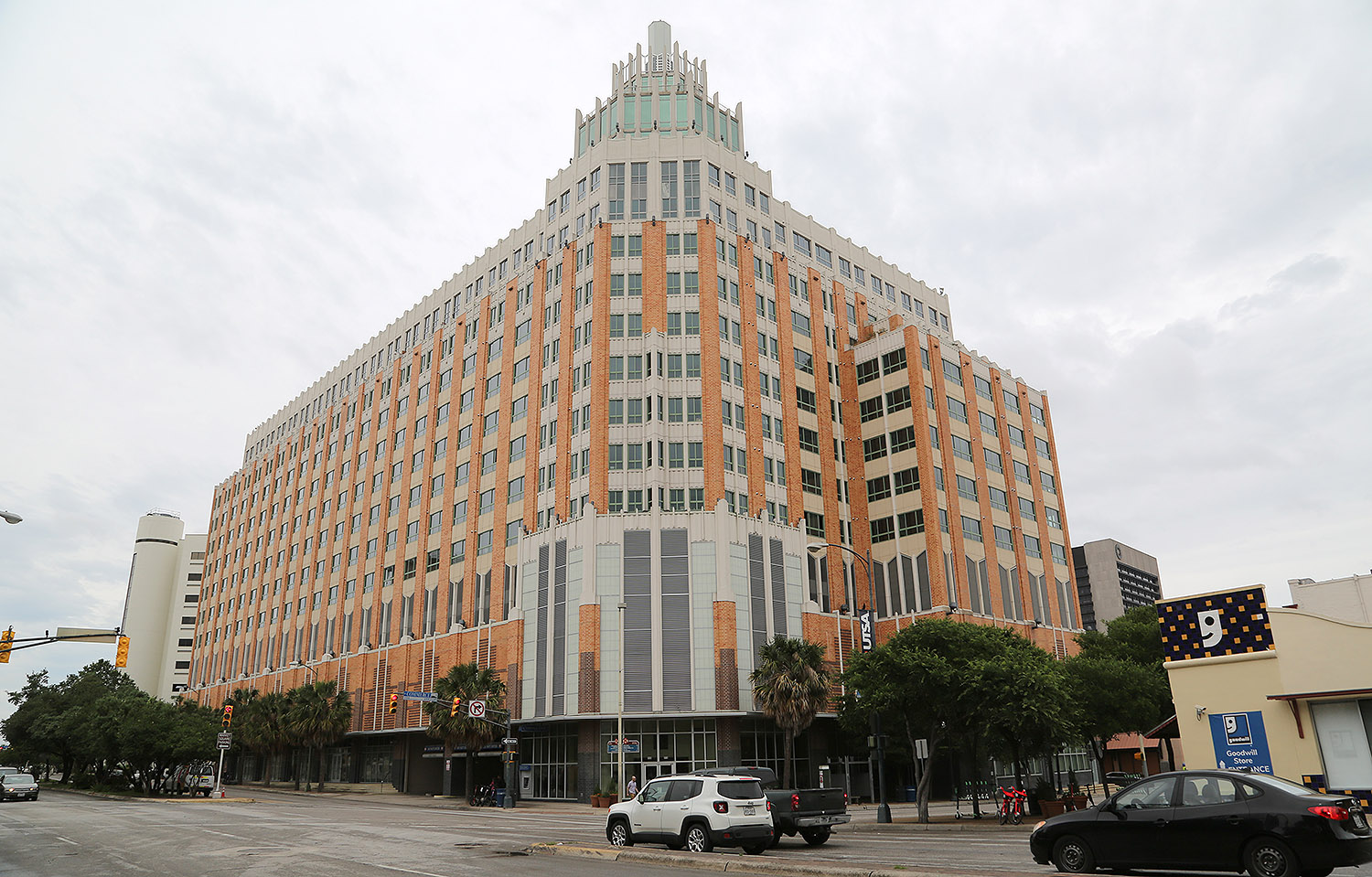 The Vistana Apartment Building To Be Sold San Antonio Heron